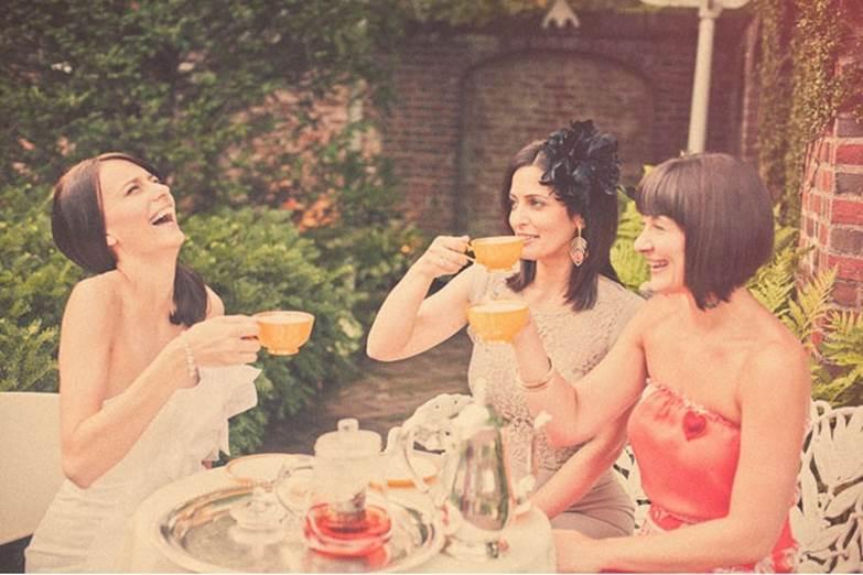 btfri_Drinking-Bigelow-Tea-With-Friends-Do-Share-